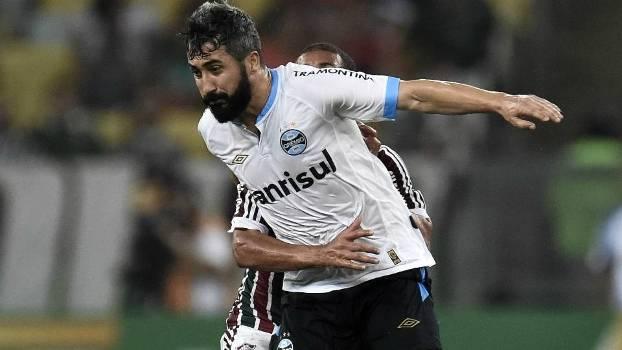 1db8268405 Douglas faz xixi no gramado do Maracanã antes de Flu x Grêmio  veja ...