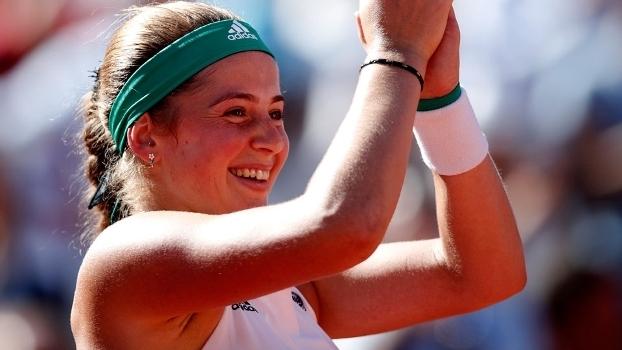 Jelena Ostapenko sorri após ganhar o título de Roland Garros sobre Simona Halep