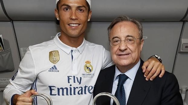 Cristiano Ronaldo e Florentino Pérez com a taça da Uefa Champions League