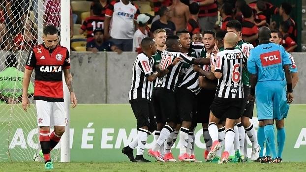 Jogadores do Atlético-MG abraçam Elias após ele marcar contra o Flamengo, no Maracanã