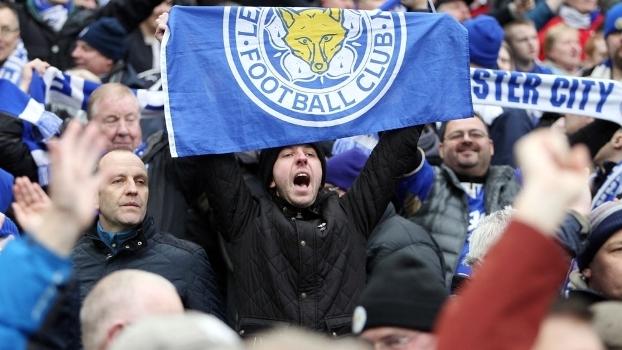 Torcedor do Leicester com a bandeira do time na vitória sobre o Manchester City