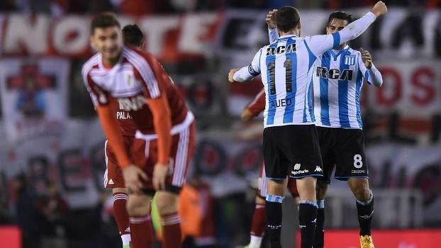 0f254d7450f Jogadores do Racing celebram gol diante do River Plate no Monumental de  Núñez