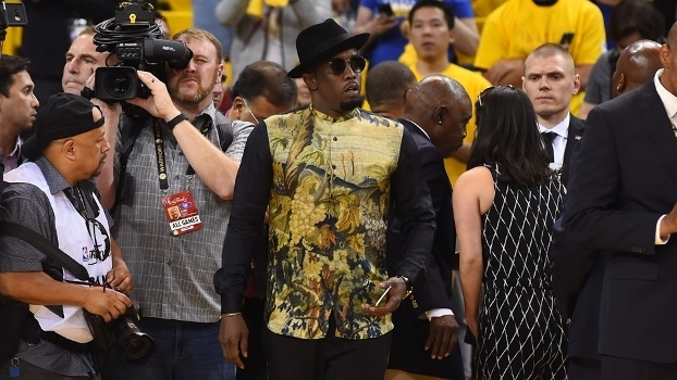 O cantor Sean 'P. Diddy' Combs a centímetros da quadra no jogo 5 das Finais da NBA entre Warriors e Cavs