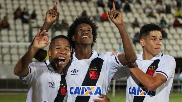 Atletas do Vasco celebram gol contra o Atlético-MG