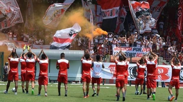 Jogadores do São Paulo treinam sob os olhares da torcida