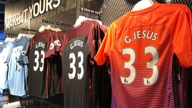 Gabriel Jesus ganha até camisa especial e  domina  loja do ... e5073618b7cba