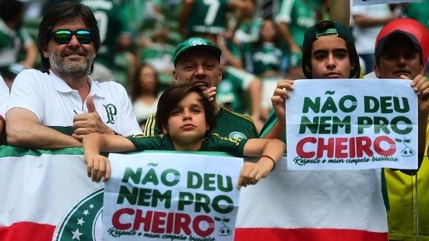Torcida do Palmeiras ironiza 'cheiro' de título dos flamenguistas