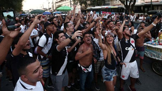 Torcida vascaína do lado de fora de São Januário no jogo contra o Grêmio 8186f0440af63