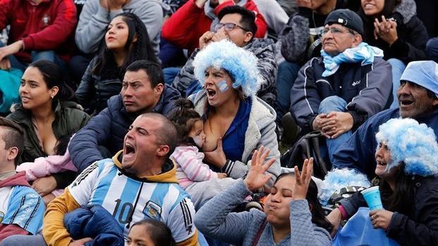 ab6ea2b046b7c Argentina é fotografada enquanto amamenta seu filho. Uma das imagens mais  representativas das mulheres na