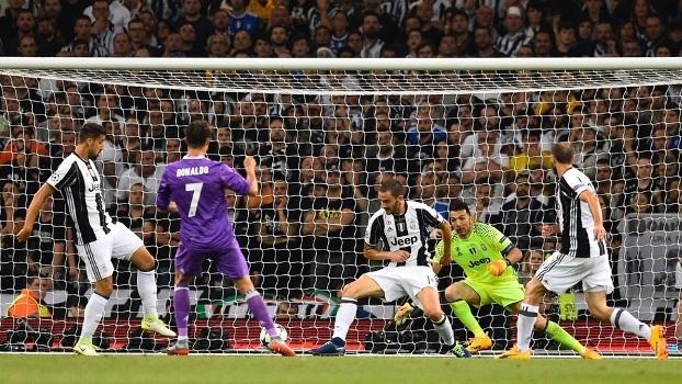 Ronaldo chuta para abrir o placar contra a Juventus d10e32c8f9035