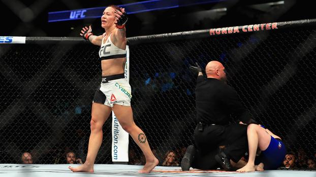 Cyborg nocauteou e ficou com o cinturão do UFC