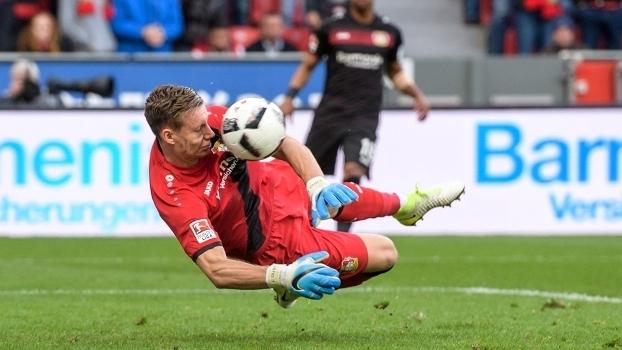 O goleiro Leno, do Bayer Leverkusen, faz defesa com o rosto durante a partida contra o Bayern de Munique