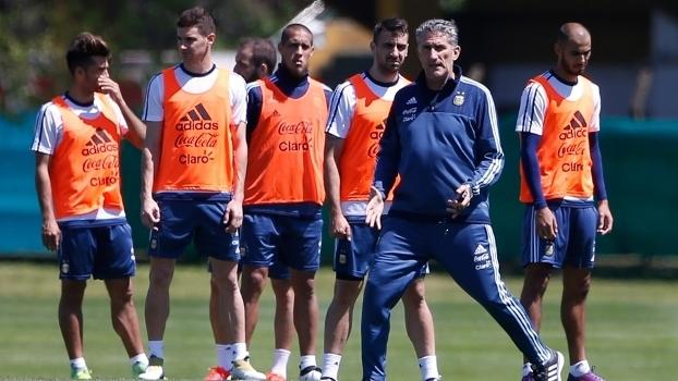 Edgardo Bauza com os jogadores da Argentina durante treino