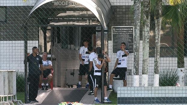 Jogadores do Santos na entrada do CT Rei Pelé