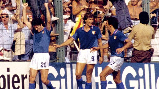 Paolo Rossi (20) comemora seu terceiro gol pela Itália ao lado de Antognoni (9)