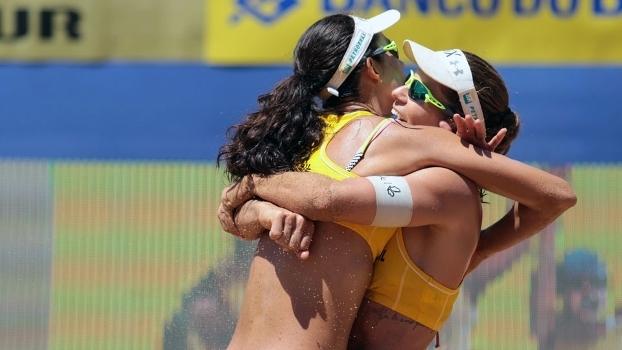 Talita e Larissa comemoram a vitória na semifinal