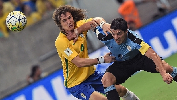 David Luiz e Suárez disputam bola durante Brasil x Uruguai