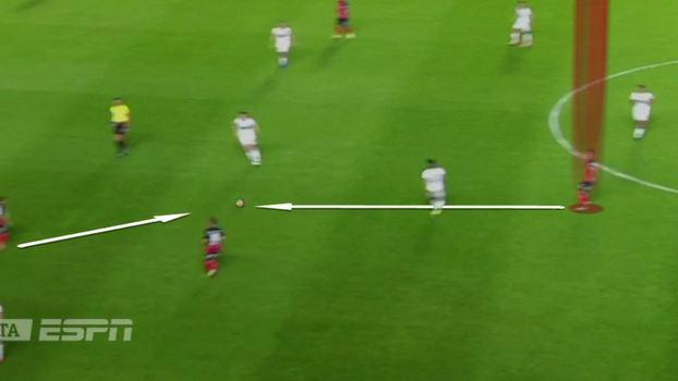 62c94d7c963b2 Zagueiro tem a bola e acha o companheiro entre as linhas de marcação do  Lanús