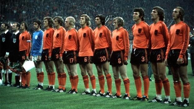 Cruyff, ao lado dos árbitros, é o único holandês com duas listras na camisa na Copa de 1974