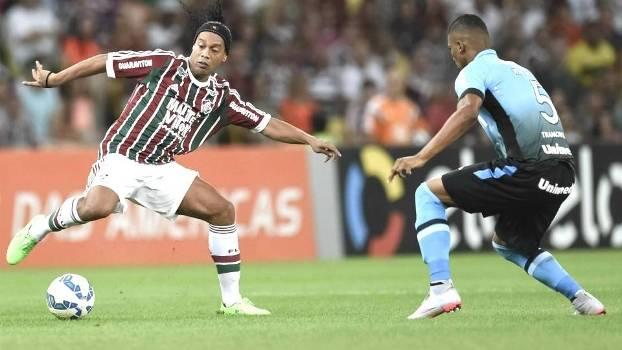 30d4785d9c Ronaldinho Gaúcho é marcado pelo gremista Walace em sua estreia pelo  Fluminense
