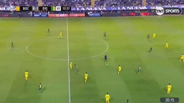 Entre Barrio e a linha defensiva do Boca  são três adversários se colocando  no espaço ad2b7fcddc05b