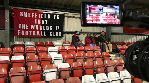 a4e242d88 Arquibancada do Coach and Horses com faixa lembrando da longevidade do Sheffield  FC