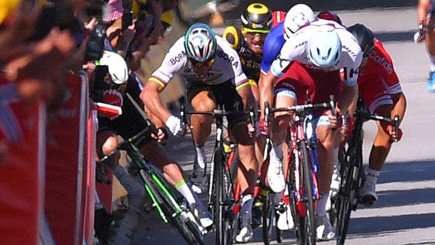 Alvo de cotovelada, Cavendish levado ao hospital — Volta a França