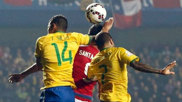 Thiago Silva toca a bola com a mão direita: pênalti e gol do Paraguai