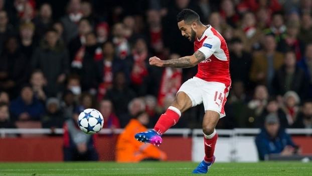 Walcott finaliza para abrir o placar para o Arsenal contra o Bayern de Munqiue, em Londres