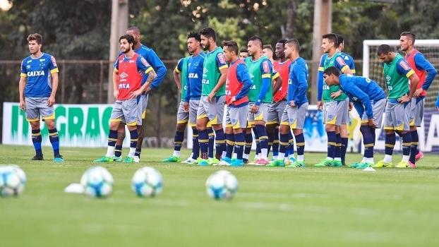 Cruzeiro controla o Palmeiras, vence e chega ao G-6 do Brasileirão