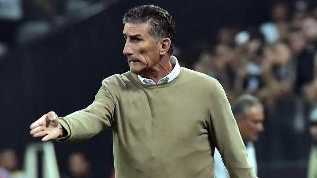 Edgardo Bauza durante o jogo contra o Corinthians