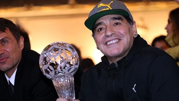 Diego Maradona com troféu recebido da federação italiana de futebol