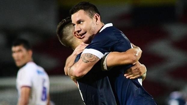 De azul, time pernambucano venceu por 2 a 1 em seu estádio