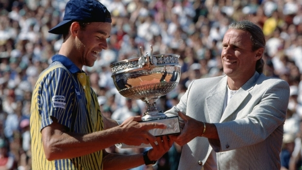 Gustavo Kuerten recebe de Bjorn Borg o troféu pelo título de Roland Garros 1997