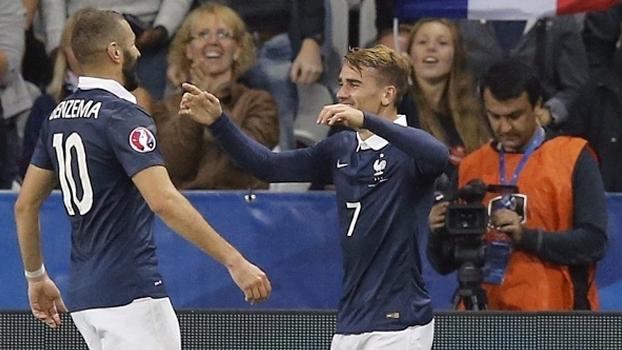 Griezmann comemora com Benzema em amistoso da França em 2015
