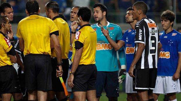 Jogadores do Atlético e do Cruzeiro discutem  tensão dentro e fora de campo  no Independência 7d9fde55ed561