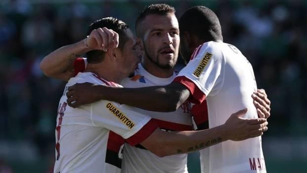 Jogadores comemoram gol do Flamengo na Arena Condá  com propaganda na manga  e nas costas 0d19ce562c1b9