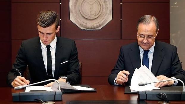 Gareth Bale assina contrato com o Real Madrid, ao lado de Florentino Pérez, em 2013