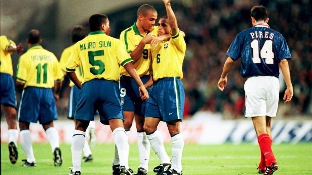 Roberto Carlos Comemora Gol Brasil França Torneio da França 03/06/1997