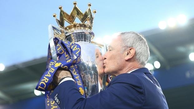 Ranieri ergueu a taça da Premier League após o jogo contra o Everton