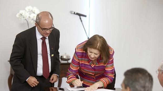 A presidenta da CAIXA, Miriam Belchior, ao lado de Bandeira de Mello, do Flamengo