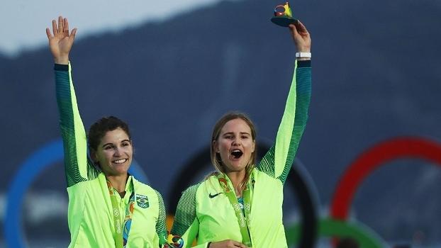 Martine Grael e Kahena Kunze comemoram a medalha de ouro conquistada na Rio 2016