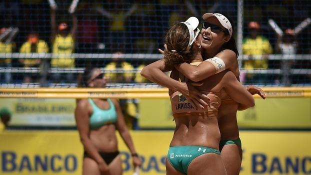 As jogadoras Larissa e Talita comemoram ponto na final da segunda etapa