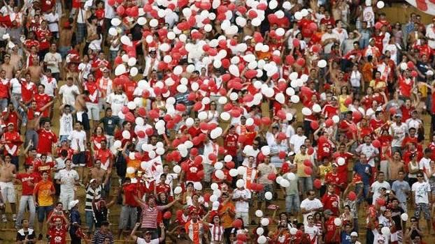Tradicional equipe goiana goleou o Goiânia por 6 a 0 e 12 mil pessoas fizeram a festa