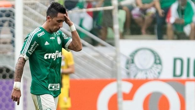 Lucas Barrios lamenta a derrota do Palmeiras para o Vasco no Allianz Parque