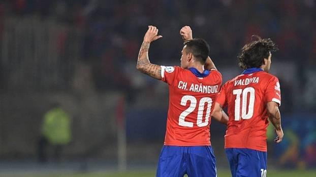 Aránguiz marcou dois gols e Valdivia contribuiu com dois passes decisivos