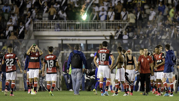 Jogadores do Flamengo esperam para deixar o gramado de São Januário
