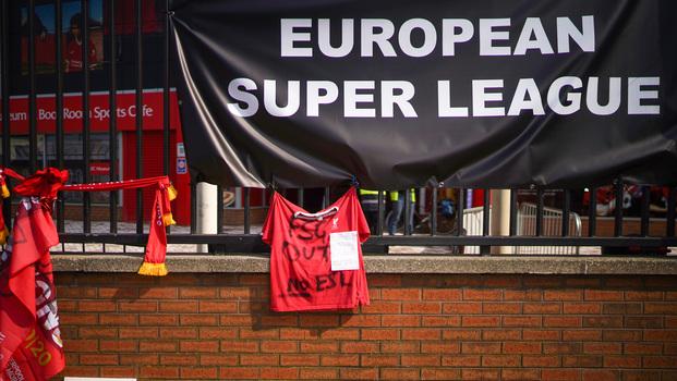 Faixa contra a Superliga e outros objetos foram colocados em Anfield Road, casa do Liverpool, em protesto à possível nova disputa