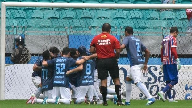 Jogadores do Londrina comemoram o primeiro gol sobre o Bahia em Salvador