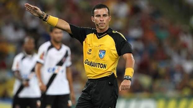 Árbitros estamparam marcar da Guaraviton na camisa durante o Carioca de 2014